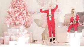 Een gelukkig kind in Kerstmiskledij danst stock video