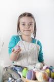 Een gelukkig meisje die paaseieren schilderen Stock Fotografie