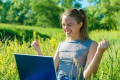 Een gelukkig meisje geniet van haar succes in haar zaken royalty-vrije stock afbeelding