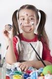 Een gelukkig meisje holdin schilderde paaseieren stock fotografie