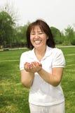 Een gelukkig meisje op gras Royalty-vrije Stock Foto