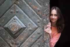 Een gelukkig meisje stelt voor de fotograaf in oud Krakau Stock Foto's