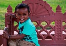 Een gelukkige baby die bij park glimlachen Stock Foto
