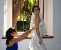 Een gelukkige bruid met haar moeder stock afbeelding