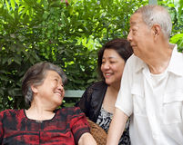 Een gelukkige familie: een oud paar en hun kinderen Stock Afbeelding