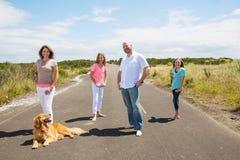 Een gelukkige familie op een stille landweg Royalty-vrije Stock Foto's