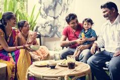 Een gelukkige Indische familie het besteden tijd samen thuis stock afbeeldingen
