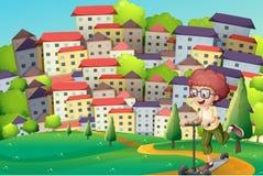 Een gelukkige jongen die met een autoped bij de heuvels spelen Stock Afbeeldingen