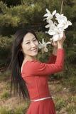 Een gelukkige meisje en een bloem Royalty-vrije Stock Afbeelding