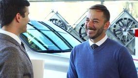 Een gelukkige mens krijgt de sleutels aan zijn nieuwe auto stock footage