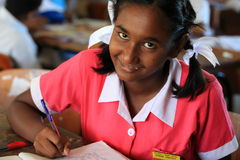 Een gelukkige student die het werk voltooien bij Mulomulo-Lage school in Fiji stock fotografie