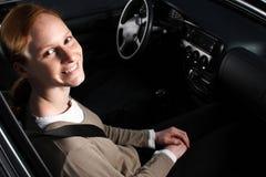 Een gelukkige Vrouw in een Auto Stock Foto's