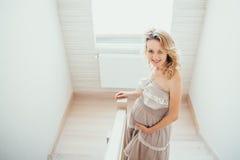 Een gelukkige zwangere vrouw Stock Fotografie