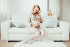 Een gelukkige zwangere vrouw Stock Afbeelding