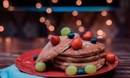 Een gemakkelijke pannekoek met vruchten stock foto