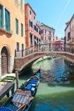 Een geparkeerde gondel in Venetië, Italië. De zomer in Venic Stock Fotografie