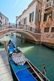 Een geparkeerde gondel in Venetië, Italië. De zomer in Venic Stock Afbeeldingen