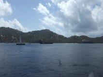 Een geplande veerboot die bij bequia haven aankomen stock videobeelden