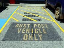 Een gereserveerde parkeerplaats voor Australische PostdieVoertuigen buiten Darlington worden gevestigd Royalty-vrije Stock Foto