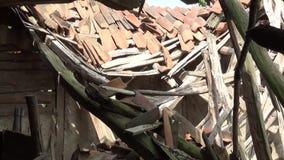Een geruïneerd dak van een oud en verlaten huis stock footage