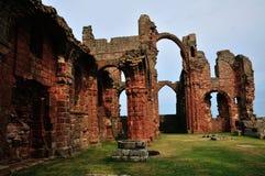 Een geruïneerde Priorij, die een Regenboogoverwelfde galerij tonen. royalty-vrije stock foto's
