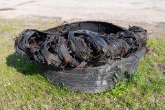 Een gescheurde band van een vrachtwagen Oude banden verlaten aan de kant van de weg royalty-vrije stock foto's