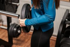 Een geschiktheidsmeisje die het opheffen gewicht stapelen het bodybuilding, barbell, gymnastiek; royalty-vrije illustratie