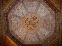 Een geschilderd houten plafond van Bahia Palace in Marrakech royalty-vrije stock fotografie
