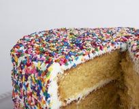 Een gesneden cake met bestrooit Stock Foto