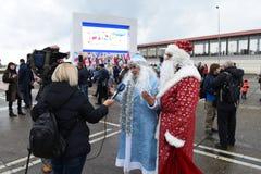 Een gesprek met Santa Claus bij de viering van het Nieuwe jaar in Sotchi, Rusland, 24 December 2015 Royalty-vrije Stock Fotografie