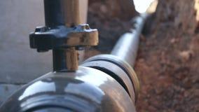 Een geul met een aardgasleiding stock footage