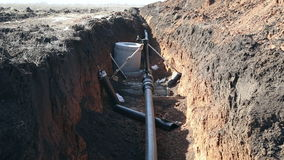 Een geul met een aardgasleiding stock videobeelden