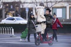 Een gevaarlijke manier om een elektrische biycyle te berijden Stock Foto's