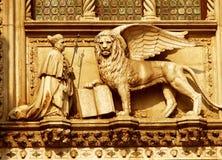 Een gevleugelde leeuw met een priester Stock Foto