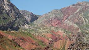 Een gezicht van kleurrijke bergen stock video