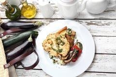 Een gezond plantaardig dieet Bloemkool met paddestoelenaardappelen in de schil Het vegetarische koken royalty-vrije stock afbeelding