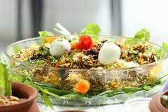 Een gezonde en Heerlijke Kippenbiriyani met ei en salade van komkommer, en sommige verse bladeren Dit biryani, welke incorpor Stock Foto's