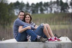Gelukkig paar in openluchtmilieu stock fotografie