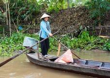 Een Giang, Vietnam - 29 Nov., 2014: Landelijke het toerismeboot van vrouwenrijen in Tien-rivier, Mekong delta, zuidelijk Vietnam  Stock Foto