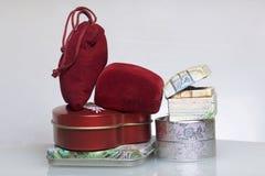 Een gift aan gehouden van  Dozen voor de verpakking van giften van verschillende vormen en kleuren, van verschillende materialen  Stock Afbeelding