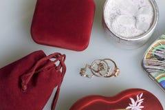 Een gift aan gehouden van  Dozen voor de verpakking van giften van verschillende vormen en kleuren, van verschillende materialen  Royalty-vrije Stock Afbeelding