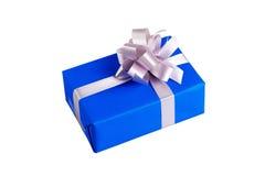 Een gift in blauwe doos wordt verpakt die Royalty-vrije Stock Fotografie