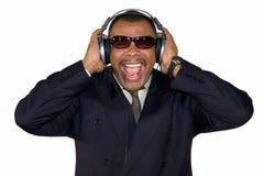 Een gillende Afrikaans-Amerikaanse mens met hoofdtelefoons Royalty-vrije Stock Foto