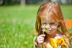 Een ginger-haired meisje met een bloem royalty-vrije stock foto's