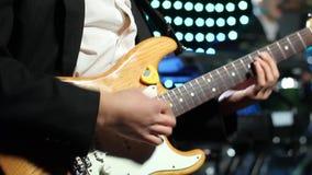Een gitarist speelt een elektrische gitaar bij een club stock video