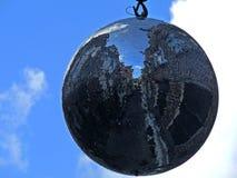 Een glanzende ronde bal hangt in de hemel Stock Foto's