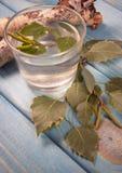 Een glas berksap op houten achtergrond Stock Foto