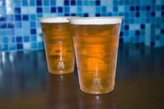 Een glas bier is op de lijst royalty-vrije stock afbeelding