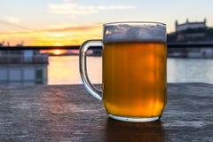 Een glas bier op de zonsondergang, Slowakije stock foto