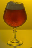 Een glas bier op gekleurde achtergrond Stock Afbeeldingen